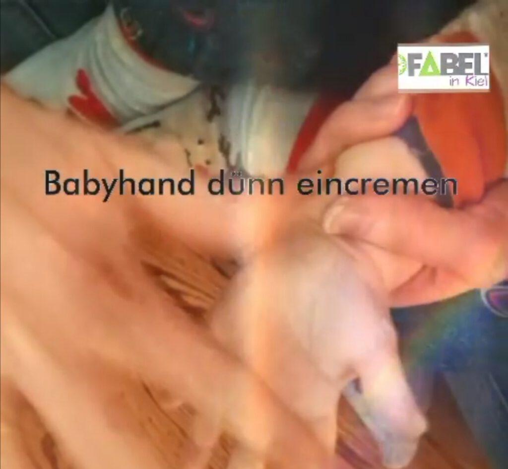 Babyhand dünn eincremen